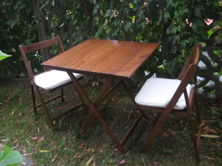 Mesa y sillas plegables