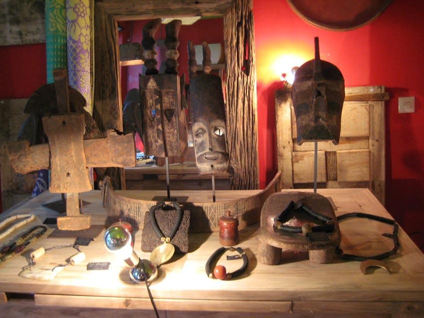 Bisutería, máscaras y objetos africanos