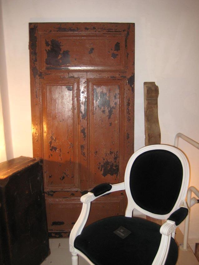 Puerta antigua. Silloncito blanco con terciopelo negro