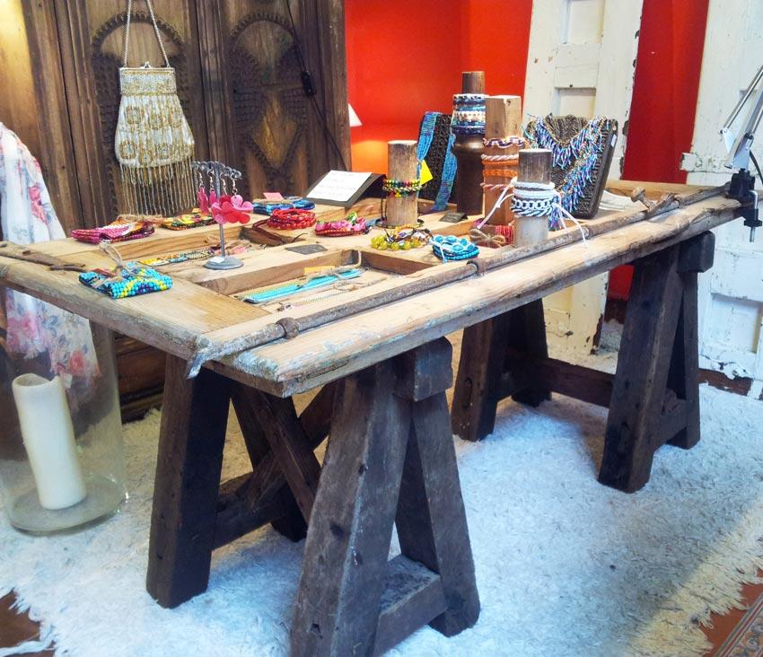 Mesa-contraventana con caballetes antiguos. 1,11x0,62x0,52